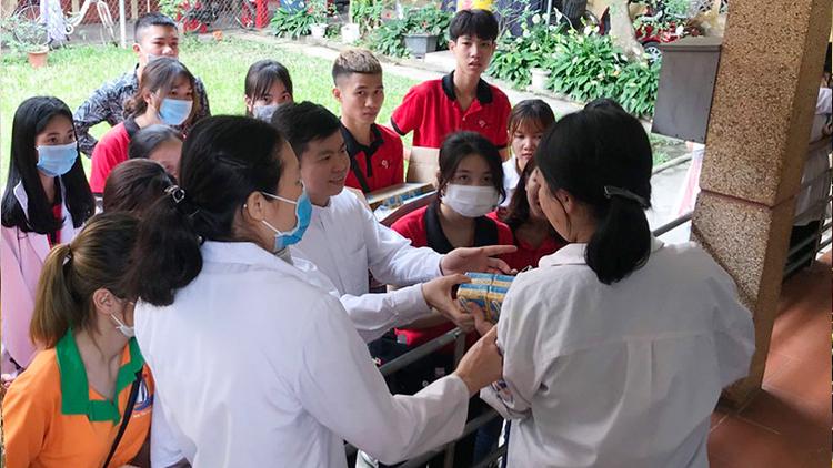 Giới trẻ giáo xứ Trung Lương thăm cô nhi viện Thánh An